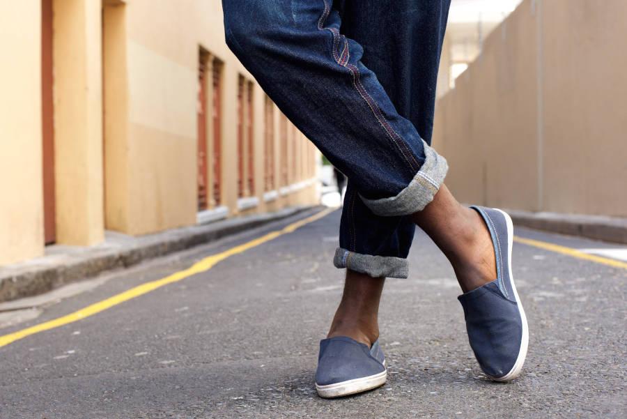 ragazza con scarpe basse blu di tela